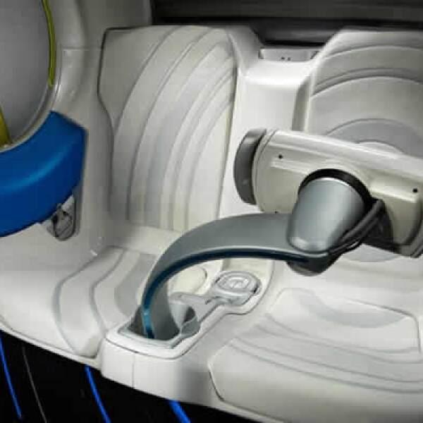 La recarga se puede hacer mediante la carga conductiva convencional que emplea electricidad doméstica.