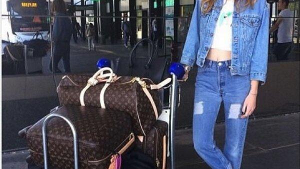 Su look estival para su viaje a Porto Cervo en Italia consistió en una chamarra y jeans de Levis , lentes Miu Miu y alpargatas Manebi..