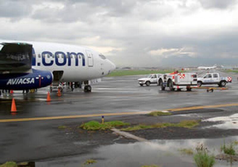 La empresa dijo que debido a la lluvia, el piloto tuvo que frenar más fuerte y eso hizo que la llanta se desinflara. (Foto: Notimex)