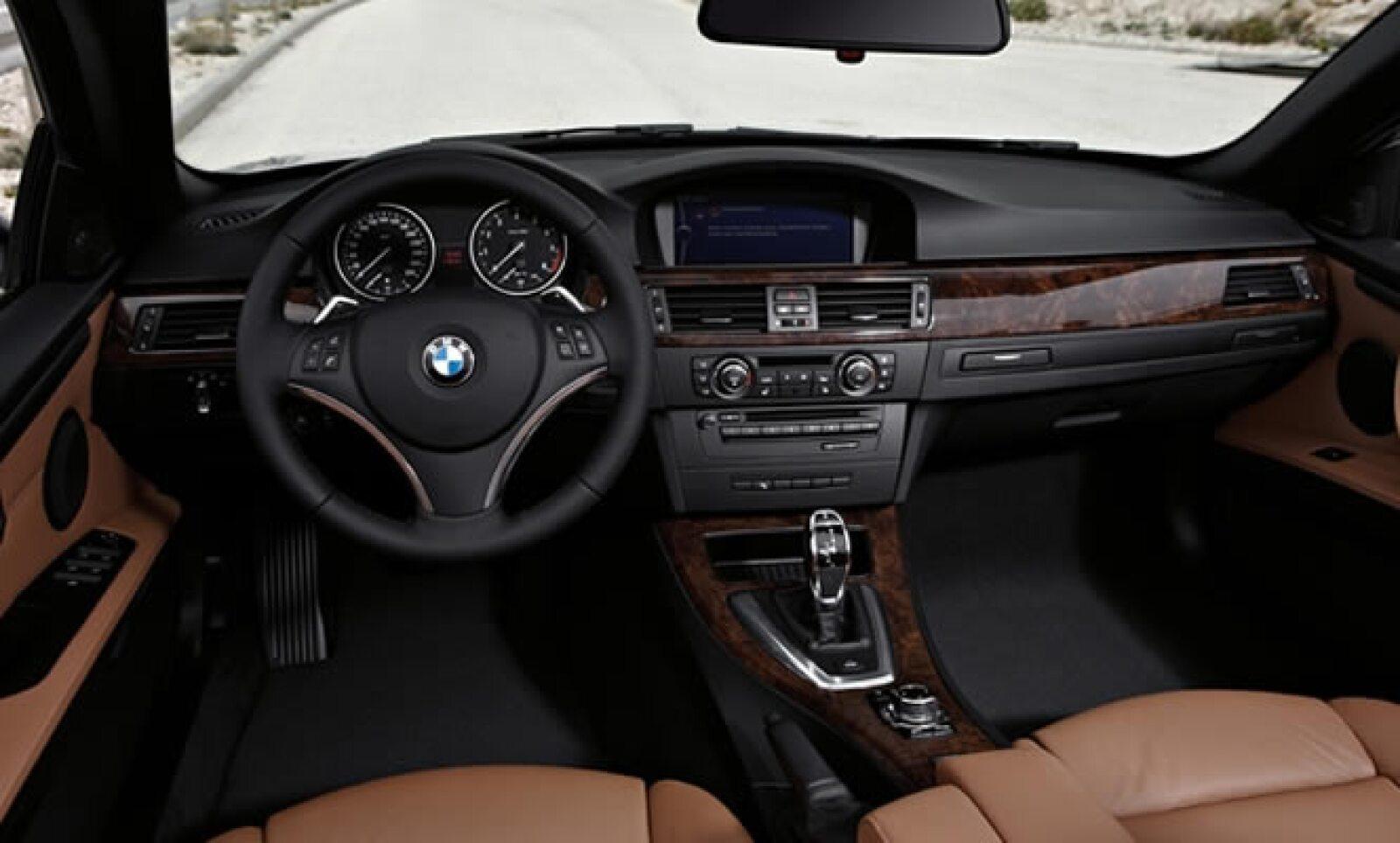 El modelo BMW 318i posee un motor de gasolina de cuatro cilindros, de 143 caballos de fuerza (105 kW).