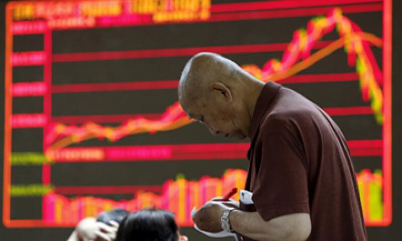 Los expertos indican que la economía china no se detendrá por la caída en el mercado bursátil de ese país. (Foto: Reuters )