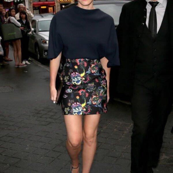 La hermosa actriz acudió a la cena de Dior usando un diseño floral, que combinó con un clásico lipstick rojo.