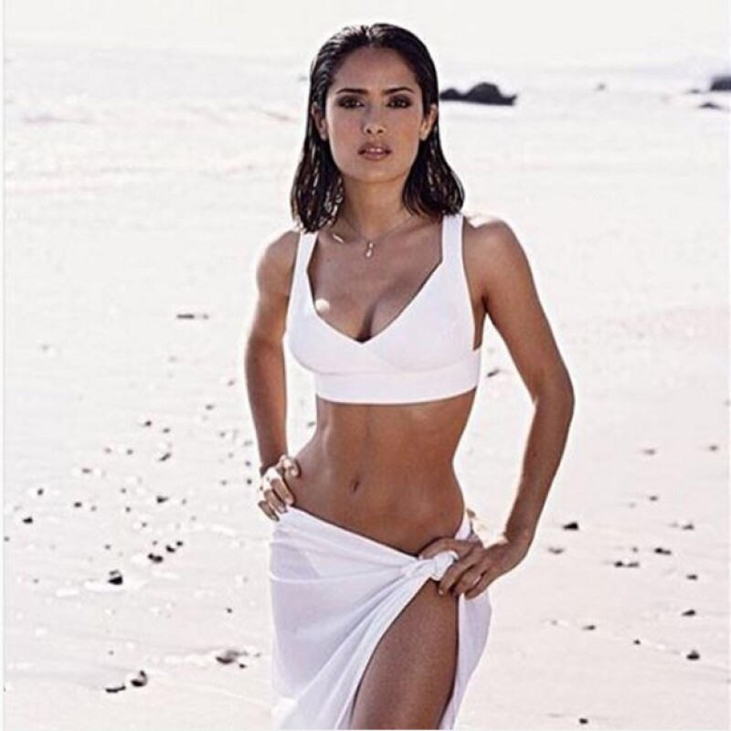 En un hot TBT en el que aparece en bikini blanco, Salma destacó que si bien cambió su cuerpo, no se arrepiente de su vida después de ser madre.
