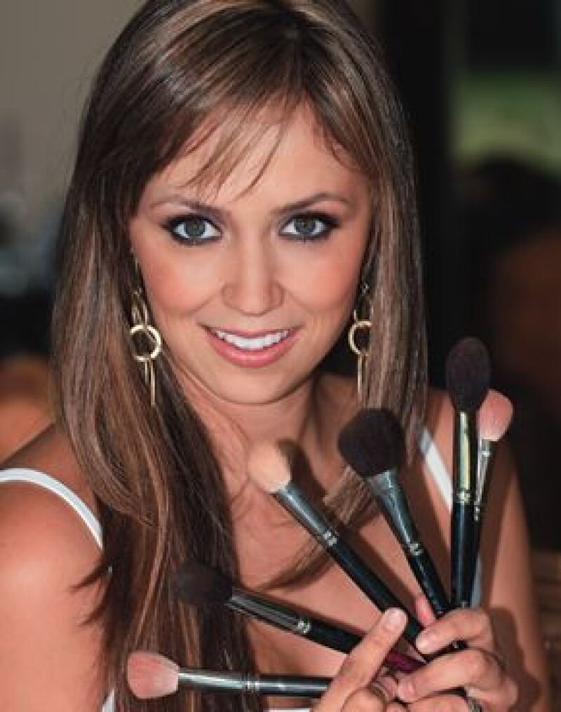 Paola está casada con Nacho Celis, tienen dos hijos.