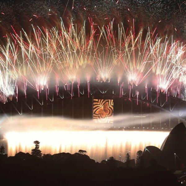 El Sydney Opera House da su tradicional bienvenida a un nuevo año con fuegos artificiales.