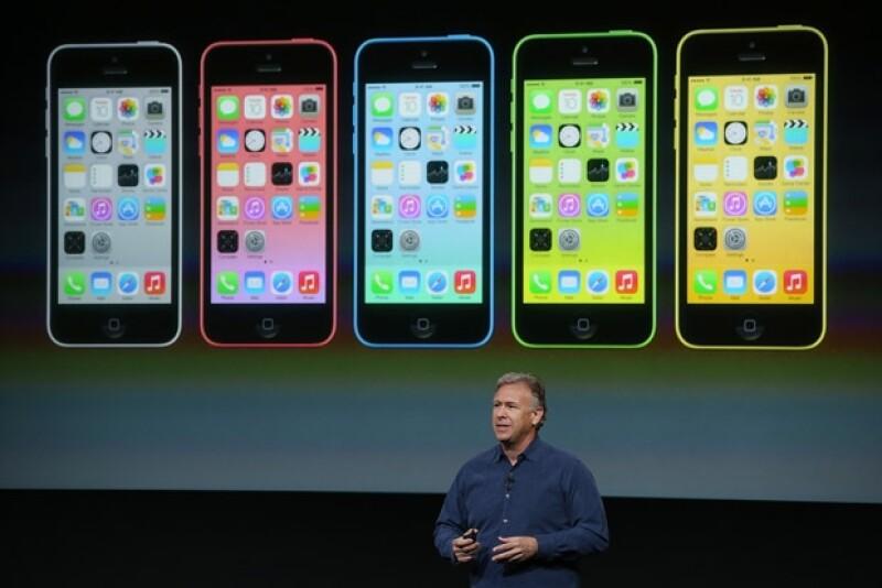 La compañía fundada por Steve Jobs presentó el iPhone 5C, de plástico, y una versión del iPhone 5S en colores dorado, plateado y gris.