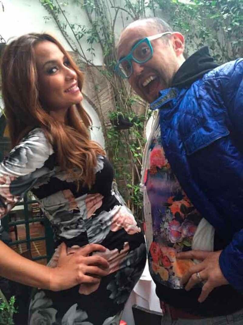 Loret de Mola cmpartió esta foto de la futura mamá comparando su baby bump con el cuerpo de Clark.