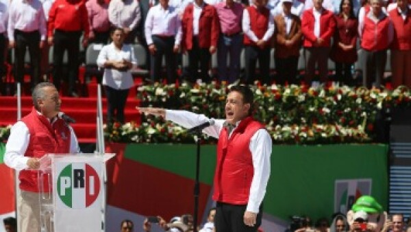 El dirigente del PRI, Manlio Fabio Beltrones, tomó la protesta de Fayad, candidato a la gubernatura de Hidalgo (Foto: Cuartoscuro)