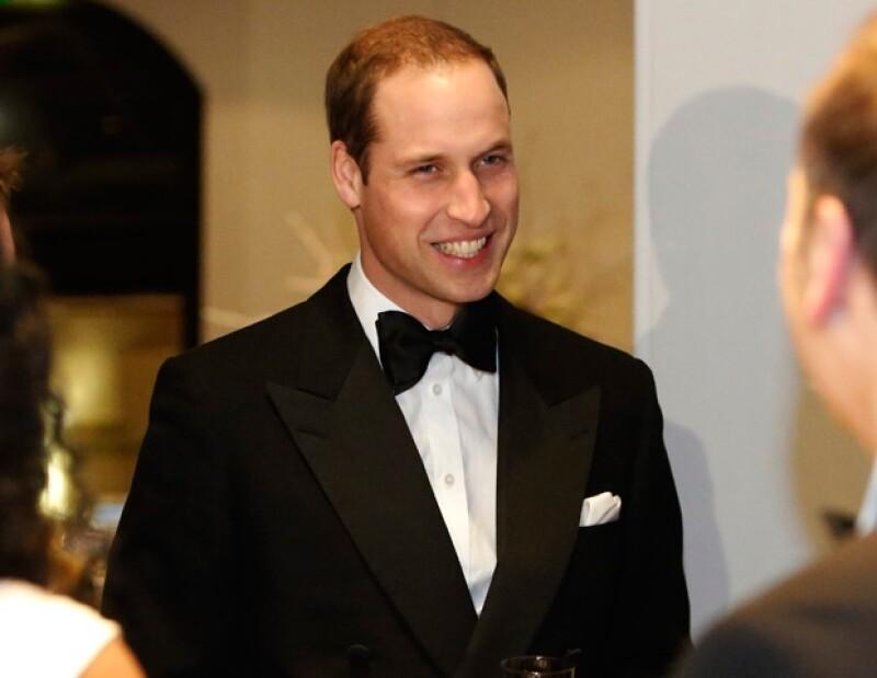 A pesar de que el esposo de Kate Middleton viajó en primera clase, los pasajeros no dejaron de verlo al subirse al avión.