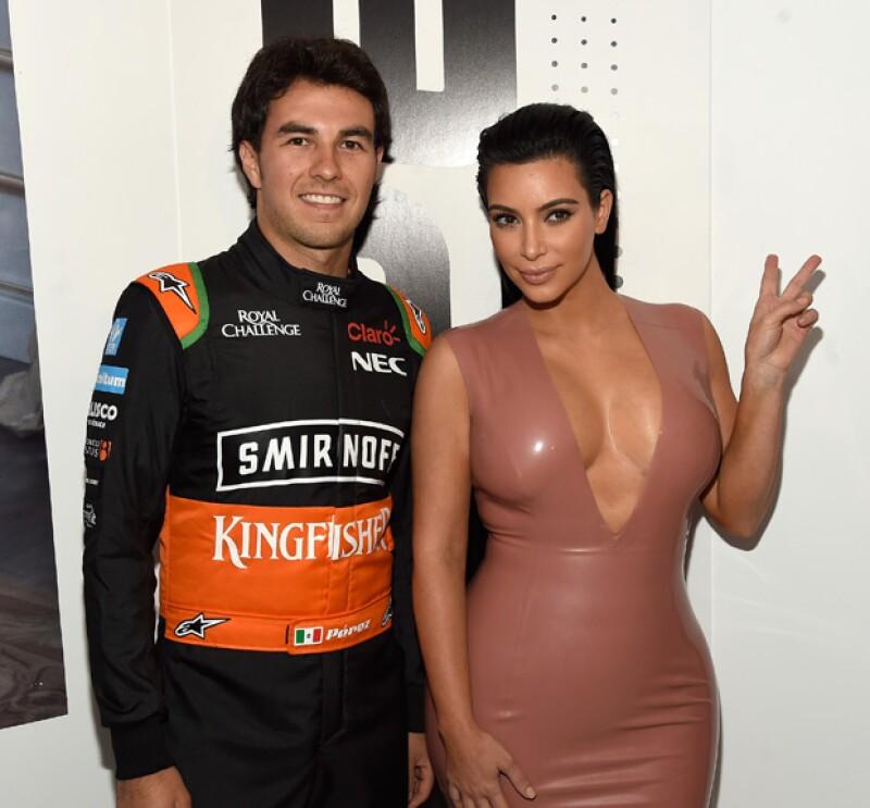 El tapatío posó muy sonriente con la esposa de Kanye West, quien lució un entallado vestido de latex rosa.