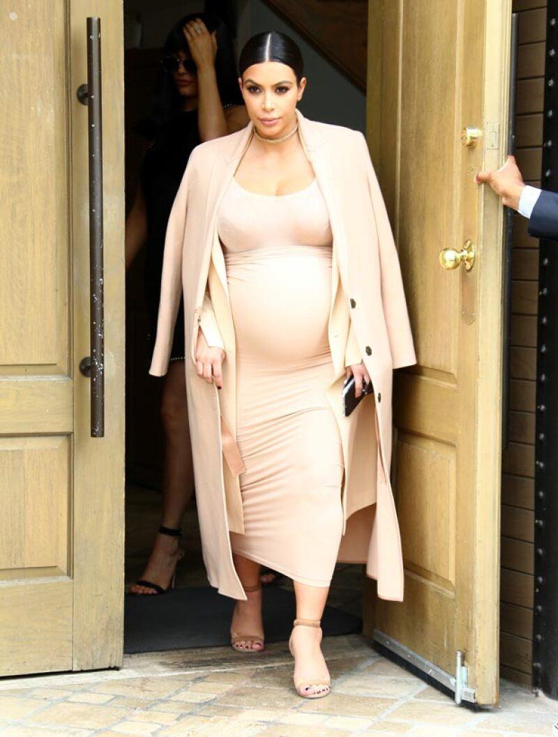 Kim asistió al evento con un entallado vestido que le hace notar lo avanzado que ya está su embarazo.