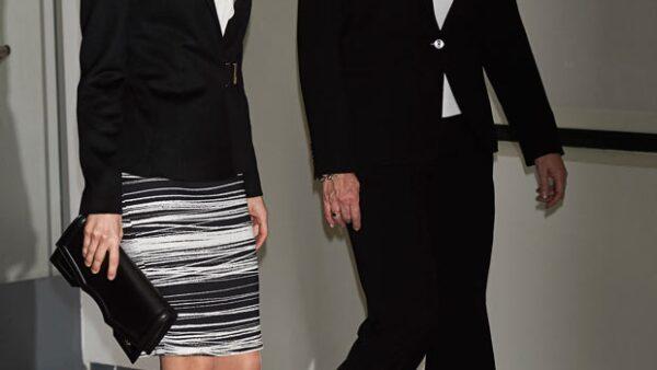 Como toda mujer fashionista, la reina de España tiene muy bien estudiadas las prendas que usa y parece que se ha enamorado de un saco y una falda a rayas de Hugo Boss que usa cada que puede.
