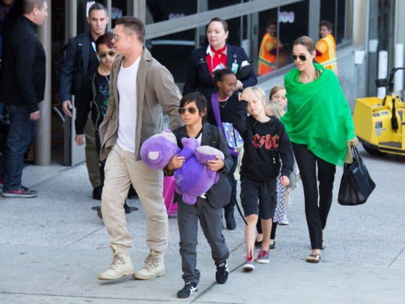 La actriz con sus seis hijos y su esposo Brad Pitt.
