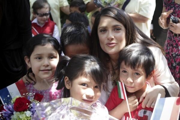Pequeños y personal de la estancia infantil número 2 del IMSS recibieron a Salma Hayek y autoridades francesas.