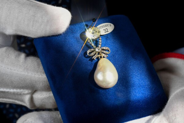 Presentation of jewels at Sotheby's