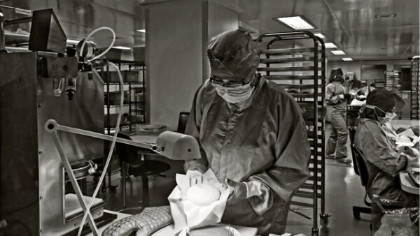 �rea de llenado y pesaje de implantes mamarios