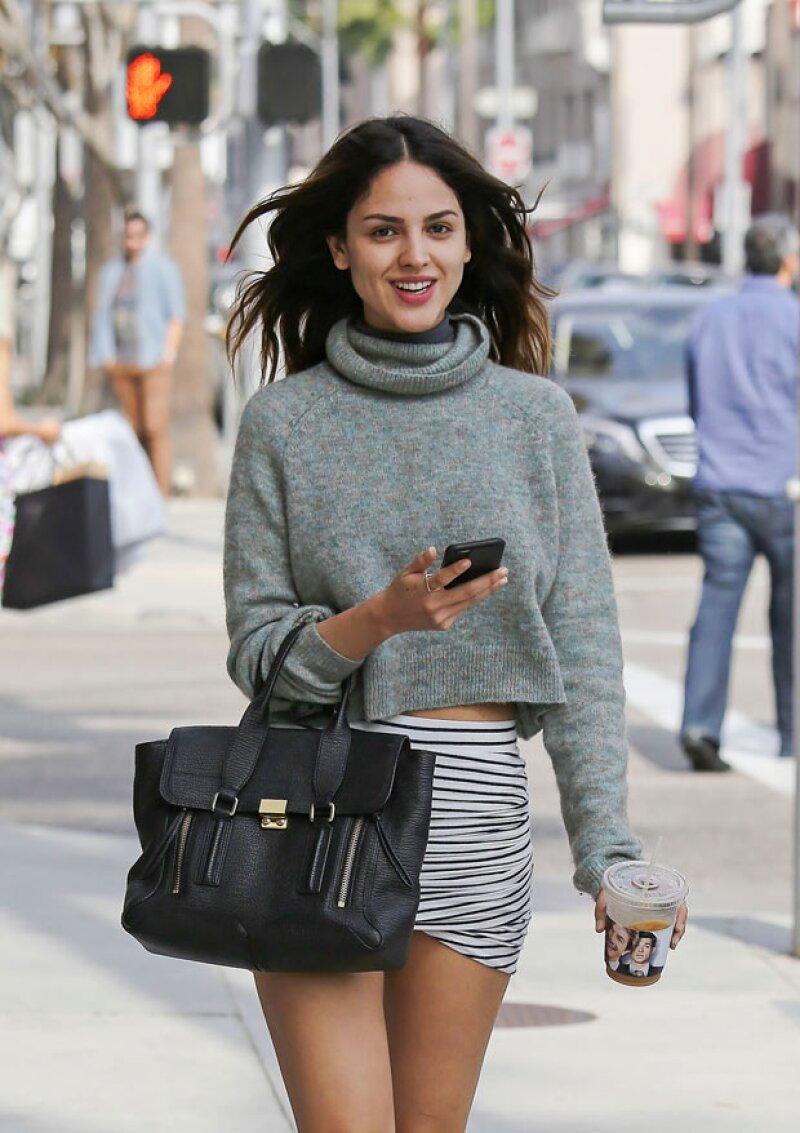 Al darse cuenta que la fotografiaban, la actriz sonrió coqueta a la cámara.