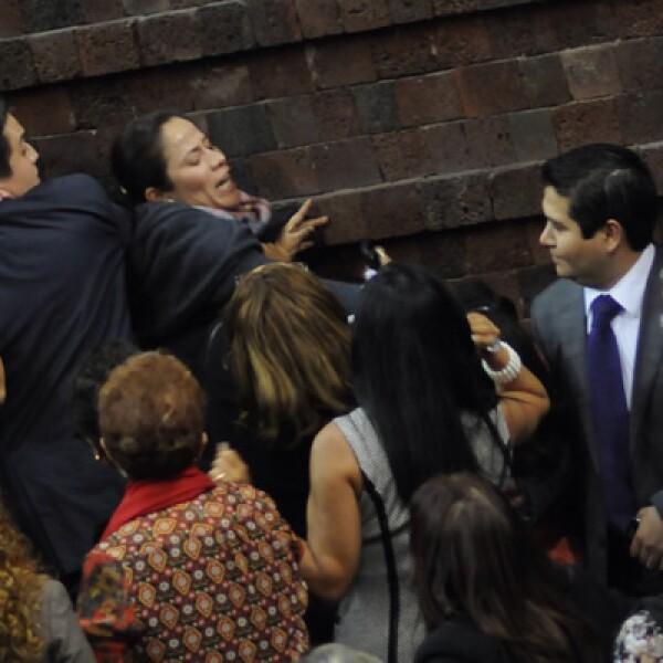 Empujones y arañazos no faltaron entre diputados durante la discusión de la minuta que fue enviada por el Senado el pasado miércoles.