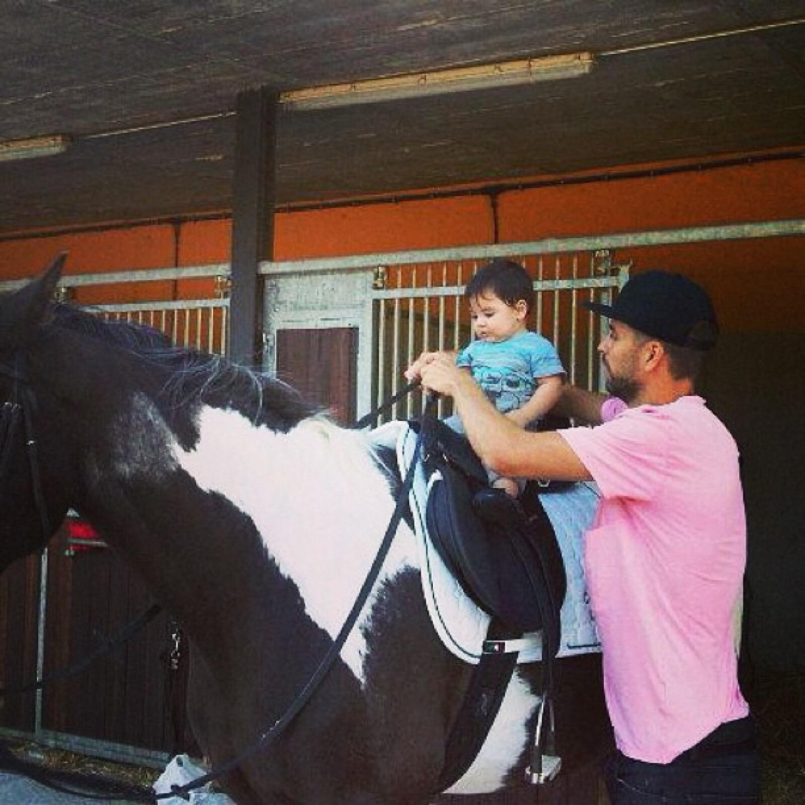 Gerard Piqué enseñando a Milan a montar un caballo.
