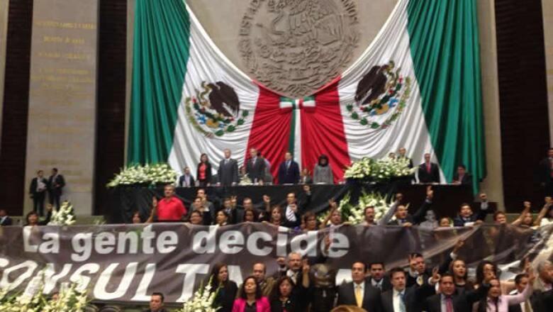 Los diputados del sol azteca colocaron una manta al pie de la tribuna para enfatizar que buscarán la consulta popular para echar atrás las reformas energéticas.
