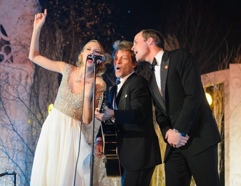 El príncipe Guillermo disfrutando del escenario con Taylor Swift y Jon Bon Jovi.