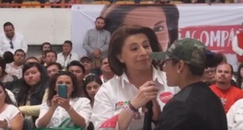 El sábado, la candidata Lorena Martínez fue interrumpida por una mujer durante un evento con estructiras priistas.