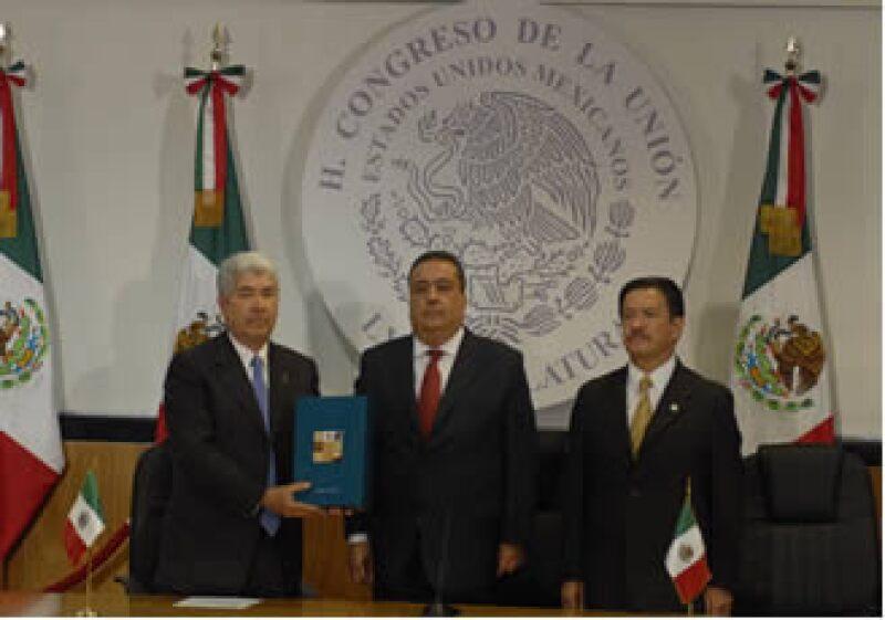 El secretario de Gobernación entregó a los presidentes de las cámaras de Diputados, Francisco Ramírez Acuña, y del Senado, Carlos Navarrete, el Informe.  (Foto: Notimex)