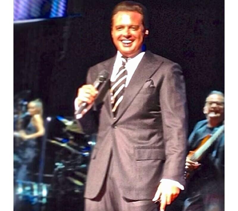 Luego de salir a escenario con una hora de retraso, el cantante preguntó al público qué querían escuchar esa noche.