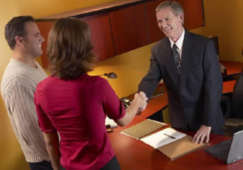 Las empresas que escatiman recursos en el área de servicio al cliente pueden poner en peligro su éxito financiero. (Foto: Jupiter Images)