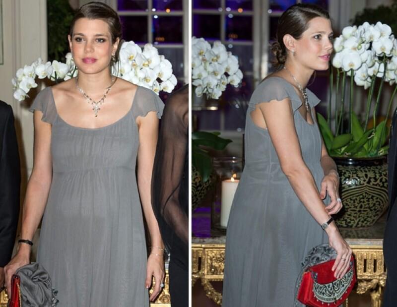 Carlota lució un vestido vaporoso en color gris.
