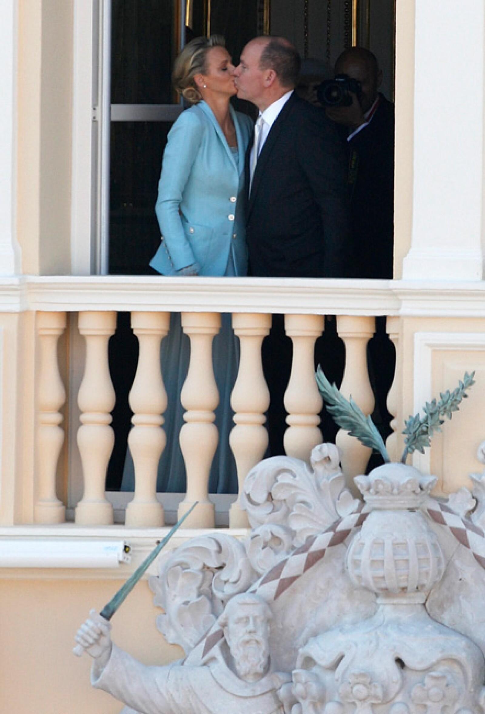 Y luego de la boda civil, el esperado beso.