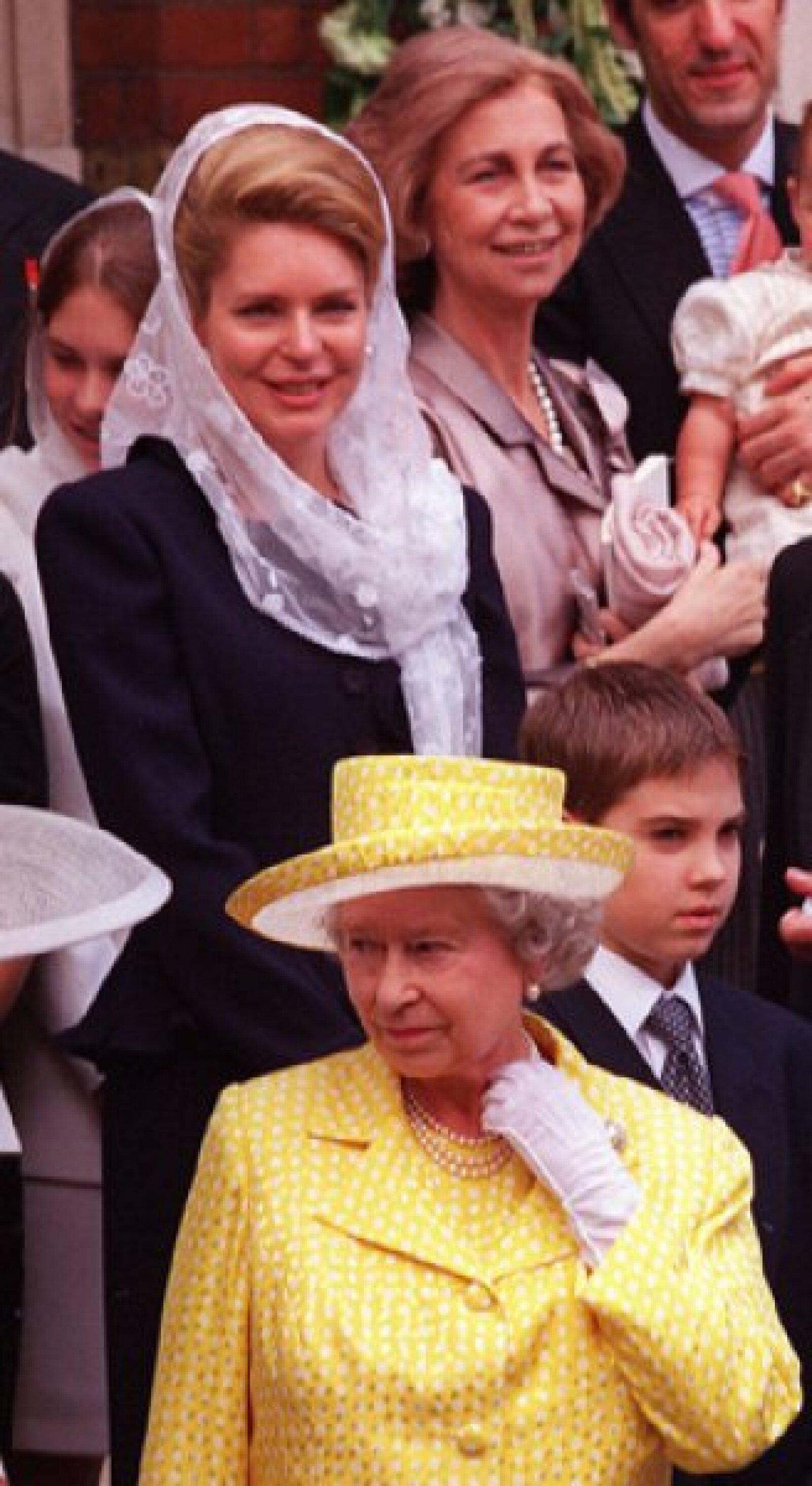 La reina Isabel de Inglaterra, la reina Noor y la reina Sofía de España en la catedral griega ortodoxa de Santa Sofía, en Bayswater, Londres, luego de la boda de la princesa Alexia de Grecia con Carlos Morales Quintana de España, el 9 de julio de 1999.