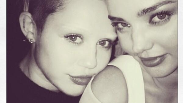 Fue la modelo Miranda Kerr quien se encargó de publicar la nueva imagen de la cantante. La joven de 20 años se decoloró las cejas.