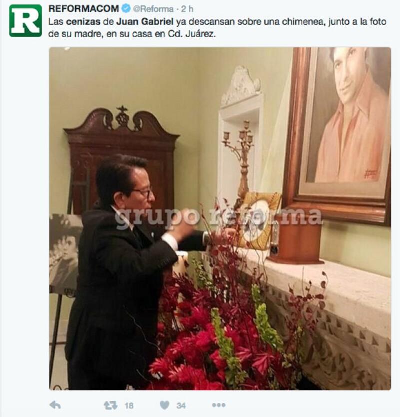"""Los restos de """"El Divo de Juárez"""" reposan ya en la chimenea de su casa junto a una foto de su madre que tenía en su cuarto y con la que siempre viajaba."""