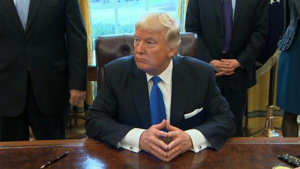 Trump firma decretos para construir oleoductos en Dakota