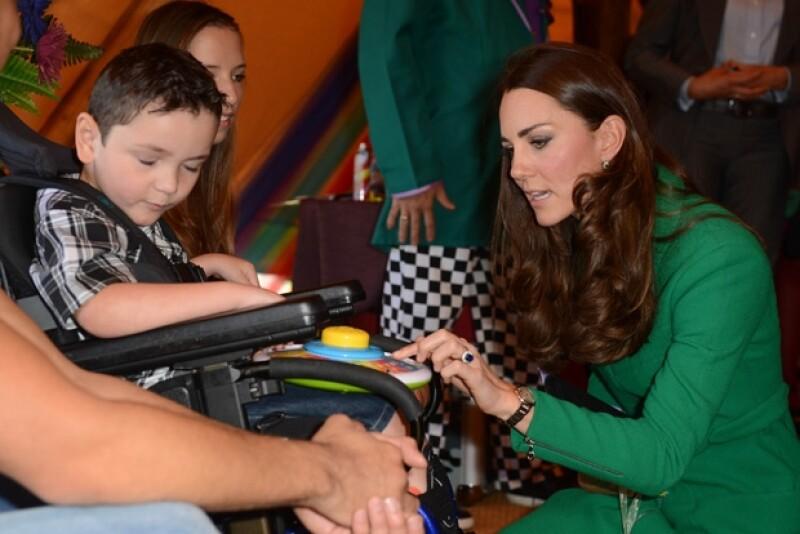 Incluso el príncipe George recibió un regalo por parte de los pequeños del hospicio.