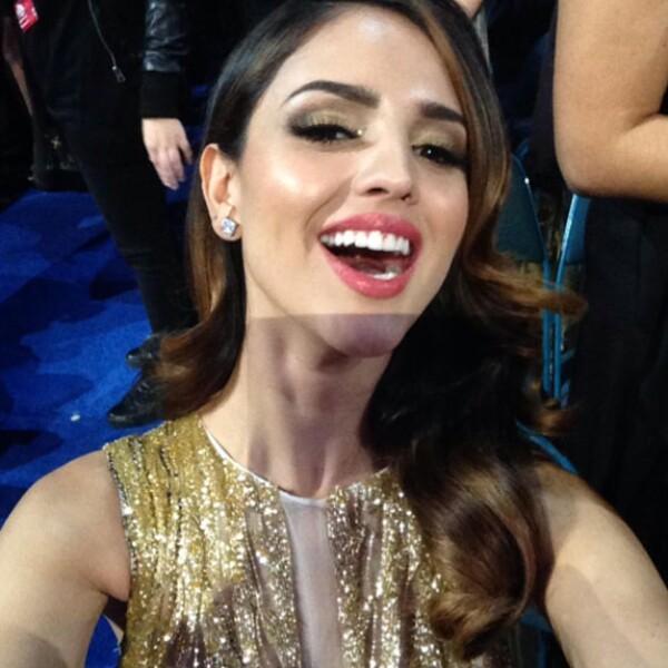 Eiza se tomó una selfie para la cuenta de Twitter de Latin Grammy.