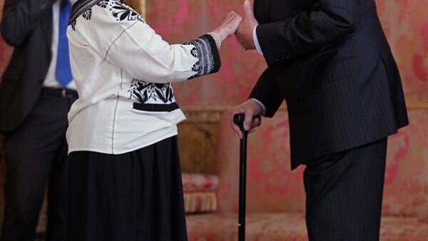 La escritora mexicana se reunió este martes con el Rey Juan Carlos y su familia en el almuerzo previo a recibir el Premio Cervantes en la Universidad de Alcalá de Henares.