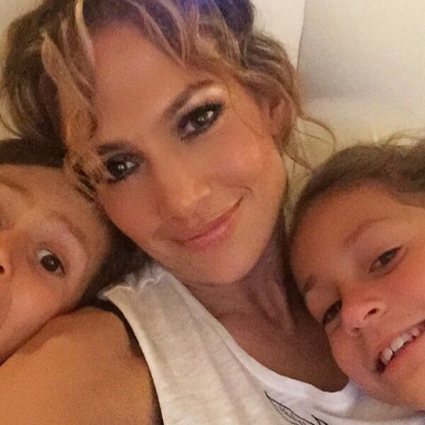 Jennifer Lopez festejando con sus hijos