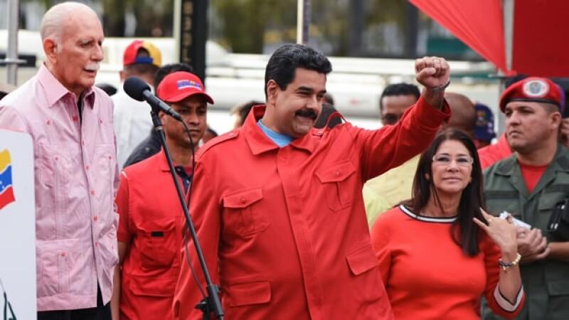 Nicolás Maduro (centro) indicó que a un año de su gobierno, nadie detendrá el camino a la felicidad en Venezuela