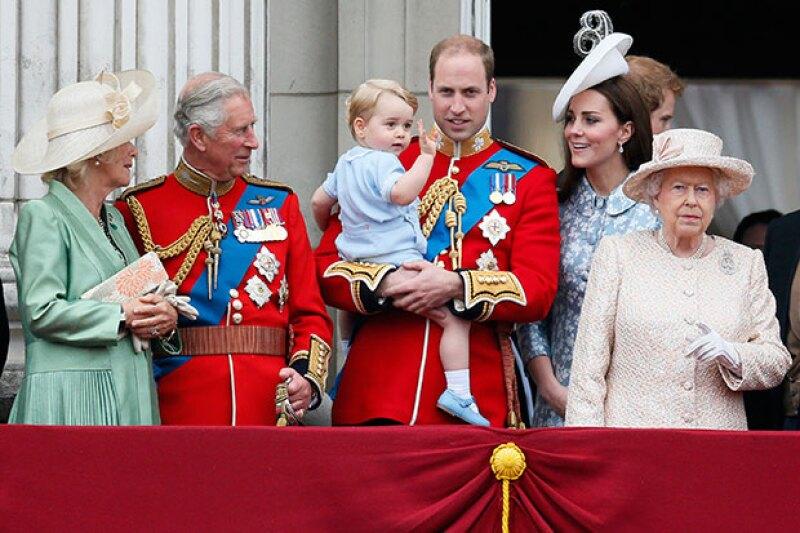 En su aniversario 89, la reina Elizabeth no fue quien llamó la atención, sino su pequeño bisnieto de casi dos años, al hacer su primera aparición oficial en el balcón del palacio de Buckingham.