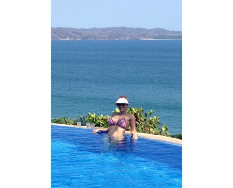Aracely presumió la espectacular vista del mar desde su hotel, relajándose en una alberca.