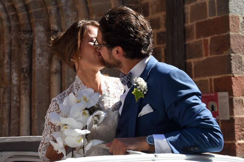 Novia se hace viral al romper tradición y llevar vestido estampado a su boda