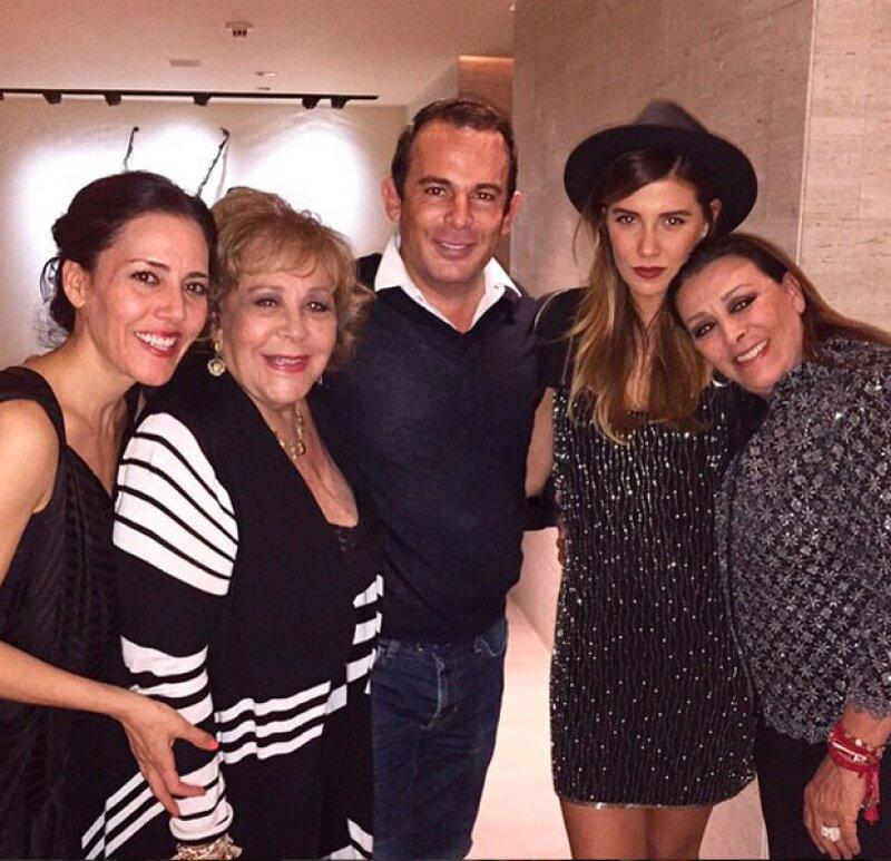 De izquierda a derecha están Stephanie Salas y  Silvia Pinal y del otro lado (de derecha a izquierda) Sylvia Pasquel y Michelle Salas.