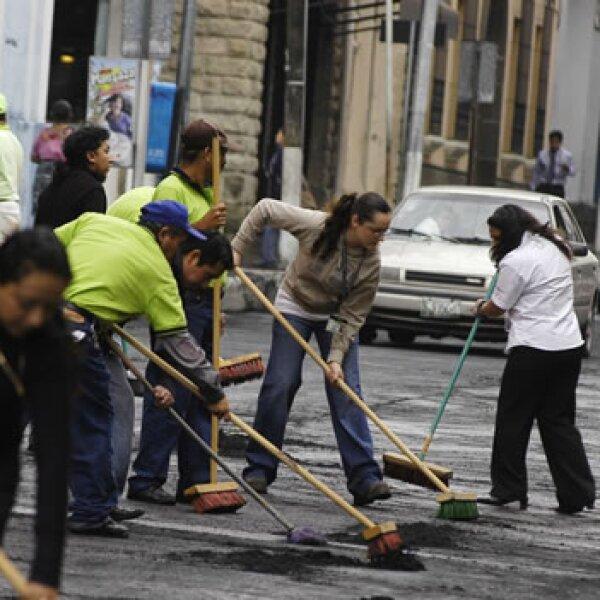 Guatemaltecos barren las cenizas de las calles