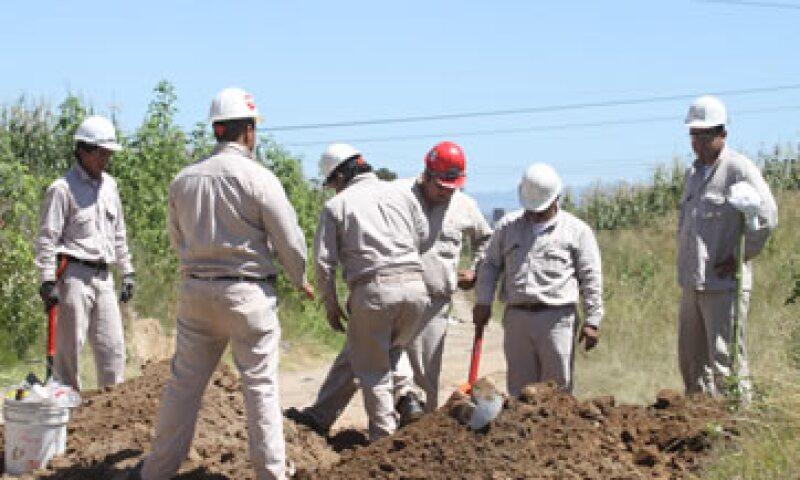 Trabajadores se encargaron de eliminar los artefactos colocados para la sustracción ilícita de combustible y reparar los ductos afectados. (Foto: Notimex)