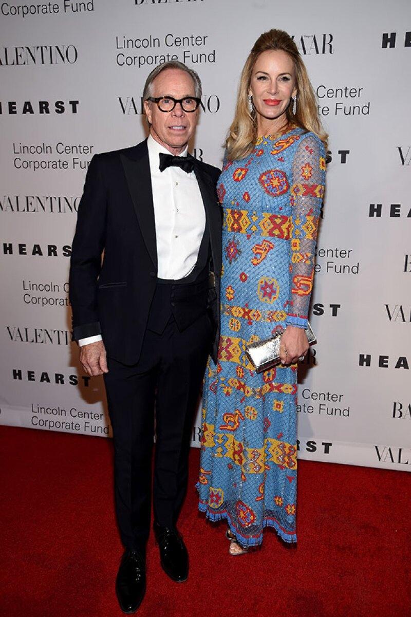 La esposa de Tommy Hilfiger se decidió por llevar el pelo suelto y strap shoes.