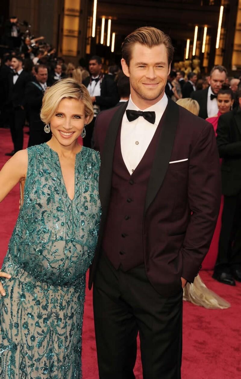 Elsa Pataky y Chris Hemsworth desfilando por la alfombra roja del Oscar.