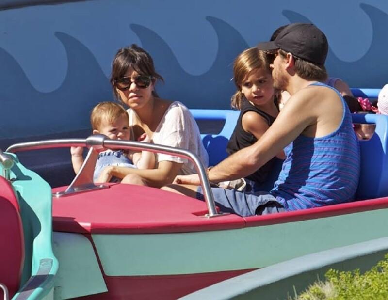 La socialité, su pareja Scott Disick y sus pequeños Mason y Penelope disfrutaron de una tarde en familia en el popular parque de diversiones.