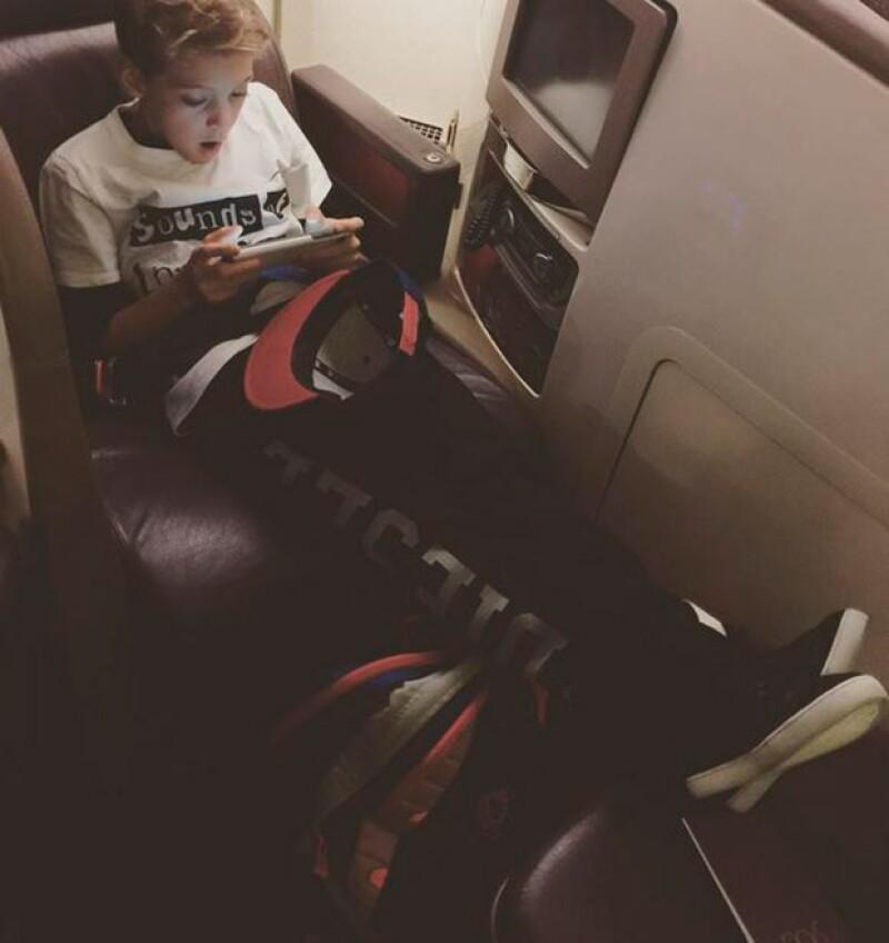 El hijo mayor del actor compartió esta foto del viaje, el cual se le hizo muy pesado.